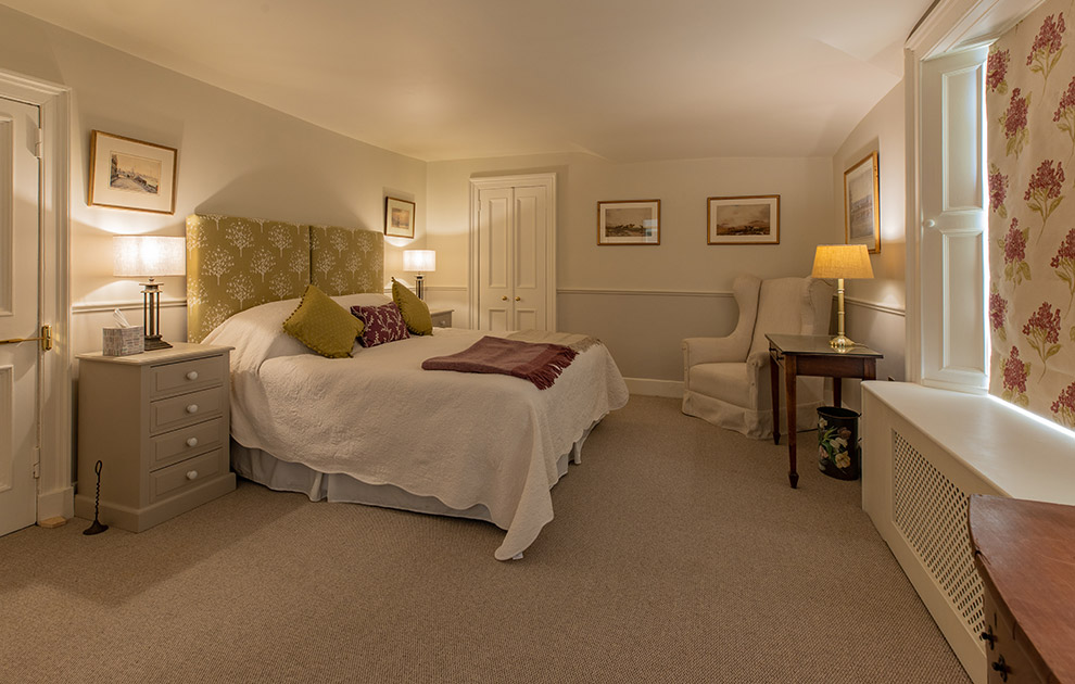 Riddell House luxury bedroom with ensuite bathroom