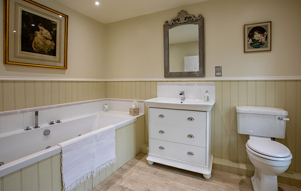 Riddell House luxury ensuite bathroom with jacuzzi bath